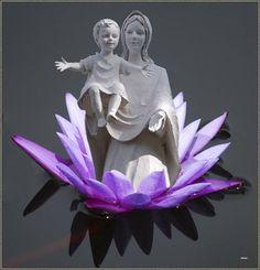 Manche nennen es 'erleuchtet sein' oder 'aufwachen', um sehend zu sein. Um seine Sinne bewusster wahrzunehmen ist ein achtsames Leben im jetzigen Moment ausreichend. Dabei den Verstand ruhen lassen und die Gedanken kommen und abziehen lassen. Einer Hingabe ans Leben, die aus einer inneren Mitte heraus entspringt und von dieser Quelle andere nährt. Die Quelle ist Liebe. Im lieben sehen und sein Lotus, Sculpture, Statue, Flowers, Art, Acupuncture, Thoughts, Life, Art Background
