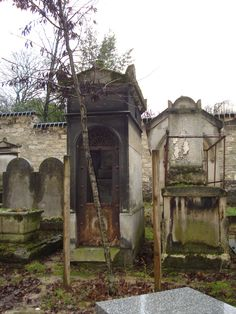 Pere Lachaise Paris sentry tomb like where my heroine hides to escape the soldiers during the Paris seige