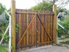 Portão de madeira rústico