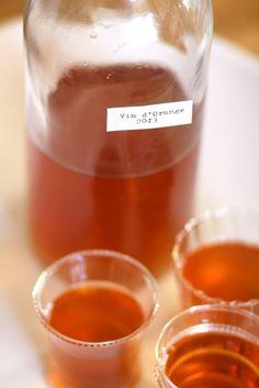 Comment faire Vin d'Orange: un vin légèrement sucré, légèrement amer fortifiée traditionnellement en Provence en utilisant les oranges de Séville. Il est classiquement servi en été sur la glace ou dans de petits verres, apéritif de style. Vin d'orange peut également être utilisé dans les cocktails au lieu de Lillet ou vermouth doux.