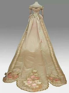 Court dress, From the National Historical Museum. Where is that gifted seamstress when you need her? I would so wear this to a costume ball. if only I ever had a costume ball to go to. 1800s Fashion, 19th Century Fashion, Edwardian Fashion, Vintage Fashion, Classic Fashion, Steampunk Fashion, Gothic Fashion, Antique Clothing, Historical Clothing