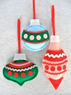 Felt Christmas Ornament Tutorial Kaplan Toys: Your family and friends will love these vintage inspired felt ornaments. This is a great holiday craft project to make with left over felt scraps and trim. You can sew them by hand, sewing machine or Diy Felt Christmas Tree, Handmade Christmas Gifts, Retro Christmas, Homemade Christmas, Christmas Decorations, Homemade Ornaments, Felt Decorations, Decoration Crafts, Vintage Holiday