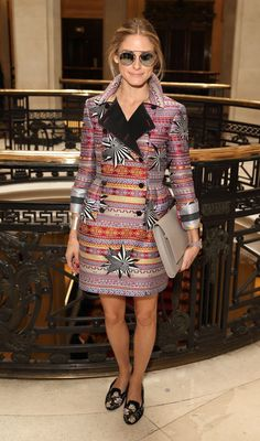 Pin for Later: Olivia Palermo hat sich den Platz in der ersten Reihe verdient London Fashion Week Olivia entschied sich für Prints bei der Show von Matthew Williamson. Ihre Accessoires hielt sie daher gedeckt.