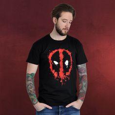 Malen für Fortgeschrittene: Deadpools Selbstporträt ist dermaßen schön (oder schaurig?) anzusehen, das es sich einen Platz als T-Shirt Motiv verdient hat. Man beachte die ausdrucksstarken Augen und den akkurat gezeichneten Kopf. Nicht...
