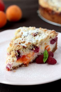 Ricotta cheesecake with fruits and crumble