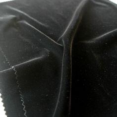 Catifeaua elastica neagra este un material de lux polivalent care poate fi folosit atat pentru imbracaminte cat si pentru diverse decoratiuni.  Latime (cm) 122 / 126; Greutate 265 g/yd;  Compozitie (%) MicroPoliester 96.3%; Nailon         03.7%;