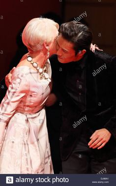 東京、日本。 2013年11月24日:李ビョンホンとヘレン・ミレン、2011年11月24日:韓国の俳優、李ビョンホン、ヘレン・ミレンが、東京で日本映画「レッド2」に出演する。 Alamy Live Newsストックフォト