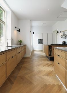 Oak Pattern by Dinesen - Choose among various solutions, depending on your desired expression and enjoy solid oak planks laid in historical patterns like herringbone, chevron or mosaic. White Oak Kitchen, Open Plan Kitchen, New Kitchen, Home Decor Kitchen, Kitchen Interior, Home Kitchens, Kitchen Design, Plywood Kitchen, Kitchen Flooring