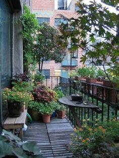 balkon bepflanzen klapptisch gestalten