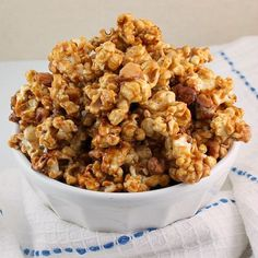 Amish Caramel Corn - Dry roasted peanuts along with perfectly coated caramel popcorn, the perfect sweet and salty snack! Popcorn Recipes, Snack Recipes, Cooking Recipes, Köstliche Desserts, Delicious Desserts, Yummy Food, Healthy Food, Fudge, Wie Macht Man