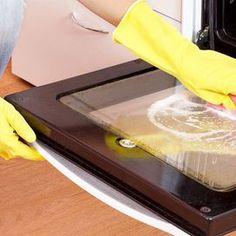 Una parte del forno che di solito si fa fatica a pulire efficacemente è l'interno del vetro. Grasso, unto e schizzi di cibo, oltre a sporcarlo, lo rendono opaco e difficile da pulire. Ecco un metodo