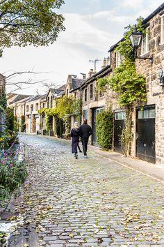 A couple walking down the cobblestones in beautiful Circus Lane, Edinburgh.  #edinburgh #scotland #cobblestone
