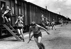The operating crew of a German railway anti-aircraft battery runs to the guns during an alarm., 04.09.1943