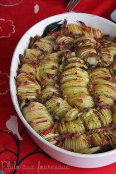 Rosace de pommes de terre au four: Ingrédients pour 8 personnes : - 16 pommes de terre de type Charlotte de même taille (vous pouvez compter 2 pommes de terre par personne, à vous de voir !) - 1 gros oignon - Beurre - Huile d'olive - Sel & poivre - Thym séché - 200 g de lardons