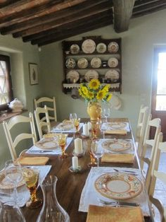 kitchen table at Frances Mayes' mountain house.love the warm colors and girasoli! Italian Home, Italian Lifestyle, Houses In France, Under The Tuscan Sun, Mountain Living, Tuscan Decorating, Tuscan Style, Beautiful Interiors, Warm Colors
