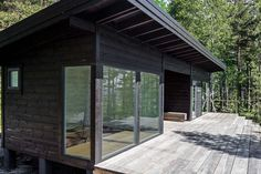 Image 4 of 19 from gallery of Summer House on the Baltic Sea Island / Pluspuu Oy. Photograph by Samuli Miettinen Bungalow, Prefab Homes, Log Homes, Mini Chalet, Scandinavian Cabin, Scandinavian Architecture, Sauna House, Contemporary Cabin, Modern Log Cabins