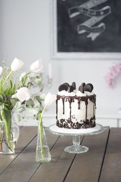 Last week, I shared a peek into my dining room, and there just so happened to be a delicious looking Oreo cake sitting on my table. I promised you guys…