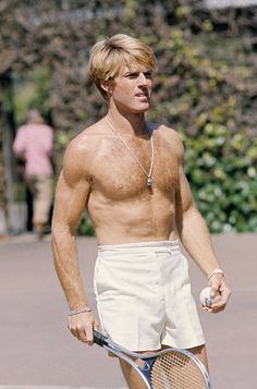 Robert Redford relaxes on the tennis court Robert Redford, Robert Pattinson, Hollywood Men, Hollywood Glamour, Classic Hollywood, Steve Mcqueen Style, Preppy Men, Star Wars, Hugh Jackman