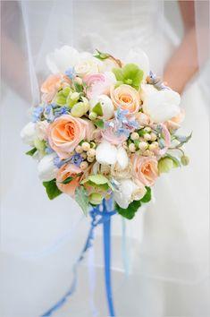 peach and pink wedding bouquet @weddingchicks