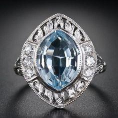 Una marquesa gordito inusualmente corta, o un óvalo de color aguamarina cónico (remoción) brilla desde dentro de un montaje, circa 1920s-1930 de platino finamente hechos a mano y rica en detalles, en este anillo eduardiano brillante, hermoso y altamente distintivo / principios del Art Deco.