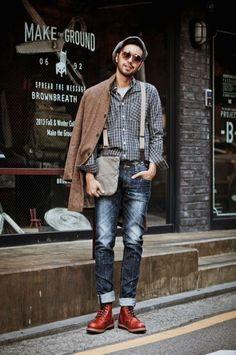 Den Look kaufen: https://lookastic.de/herrenmode/wie-kombinieren/mantel-langarmhemd-t-shirt-mit-rundhalsausschnitt-jeans-stiefel-schiebermuetze-hosentraeger/4530 — Graue Schiebermütze — Graues T-Shirt mit Rundhalsausschnitt — Dunkelgraues Langarmhemd mit Schottenmuster — Grauer Hosenträger — Brauner Mantel — Dunkelblaue Jeans — Dunkelrote Lederstiefel