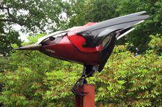Pájaro de Hub Cap Creatures realizado con elementos de carrocería de desguace reciclados