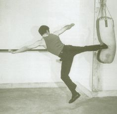Teaching the art of fighting Way Of The Dragon, Enter The Dragon, Little Dragon, Bruce Lee Pictures, Indian Yoga, Jeet Kune Do, Art Of Fighting, Ip Man, Martial Artist