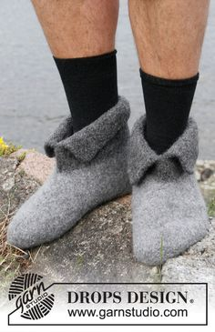 "Hobbit shoes / DROPS - Free knitting patterns by DROPS Design Felted DROPS slippers in ""Eskimo"". Sizes Free patterns by DROPS Design. History of Knitting String spinning, weav. Crochet Socks, Knitting Socks, Knit Crochet, Felted Slippers Pattern, Knitted Slippers, Knitting Patterns Free, Free Knitting, Crochet Patterns, Drops Design"