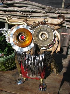 An owl made from found object!! So beautifully made and crafted together. I love it! Can't wait to learn to weld