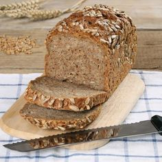Foto stock de Fresh Whole Wheat Bread On Wooden (editar agora) 152391803 Brown Bread, Whole Wheat Bread, Vegan Bread, Bread N Butter, Pampered Chef, Summer Recipes, Bread Recipes, Clean Eating, Food And Drink