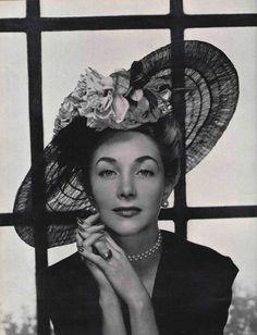 Chapeau. Legroux soeurs garnissent de roses cette capeline de tulle noir. L'officiel de la mode 1947.
