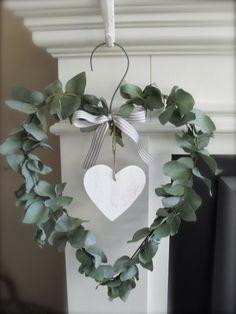 Da realizzare con ghirlanda in finta edera e cuore in legno o vimini bianco