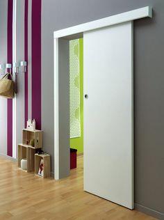 Une porte coulissante à petit prix. Elle se compose d'un rail haut en aluminium de L1,80 m, d'accessoires de guidage, d'un habillage et d'un poteau de terminaison. 80 €. La porte coulissante à peindre : H 204 x 73 cm : 39 €. Système Prima à Peindre. Lapeyre.