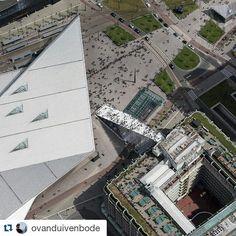 De Trap van bovenaf!  #open010 #openrotterdam  #Repost @ovanduivenbode with @repostapp ・・・ Lange rij bij opening van de #Trap. #rotterdamviertdestad #mvrdv #groothandelsgebouw #rotterdamcentraal #rotterdam #architectuur #rotterdamfestivals