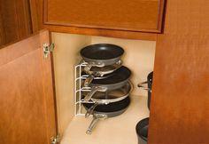 Как разгрузить кухонное пространство от лишних предметов, куда поставить посуду и прочую утварь? Этим вопросом задаётся любая хозяйка, особенно в преддверии праздников. Сегодня мы расскажем, как за 12 шагов прийти к порядку