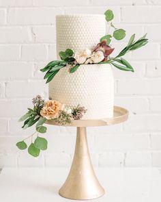 Beautiful two tier wedding cake #weddingcake #cake #wedding