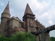 Hunedoara Castle where Vlad Tepes aka Dracul was imprisoned by Matei Corvin Scary Places, Haunted Places, Abandoned Places, Creepy Things, Places To Travel, Places To Visit, Dracula Castle, Creepy Houses, Château Fort
