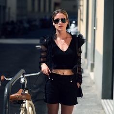 TOTAL BLACK AND THE CITY #emmetrend #streetchic #croptop