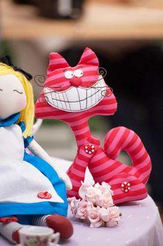 O gato sorridente feito pela expert Katia Callaça, do lado de sua boneca Alice