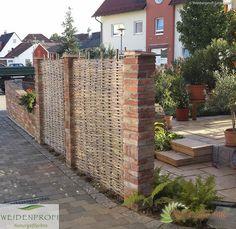 Sichtschutz aus Haselnuss an Klinkermauer - Flechtzaun handgemacht