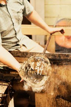 練馬区大泉学園町に「青樹舎硝子工房」を構えるガラス作家、貴島雄太朗氏の作品制作風景