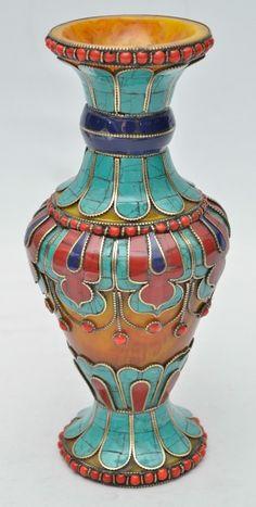 Belíssimo vaso Tibetano confeccionado em resina amarela com diversas aplicações em padras, prata e b