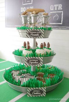 Football cupcakes and cookies! Super cute way to display football desserts! Football Birthday, Sports Birthday, Birthday Party Themes, 10th Birthday, Birthday Ideas, Happy Birthday, Super Bowl Party, Football Cookies, Football Desserts