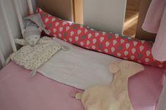Az alvópajtik mellett helyet kapott a párna is. #pillow#greyandcoral#bearandgiraffe#babybedroom#nurserydecor#diy#handmade#flomingo