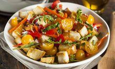 Panzanella, czyli toskańska sałatka z chlebem, z dojrzałych pomidorów