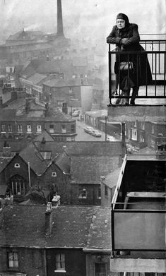 back-then ட் Actress Violet Carson looking out over the early industrial landscape of Manchester. CoronationStree (photographie noir et blanc black and white) Vintage Pictures, Old Pictures, Old Photos, Funny Pictures, Black White Photos, Black And White Photography, Coronation Street Blog, Fotografia Retro, Travel Photographie
