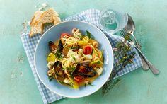 Syrlig grøntsagspasta med alt godt fra havet