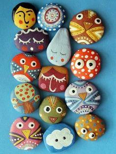 Расписные декоративные камни в дизайне участка.