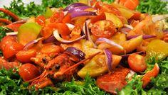 Astice alla catalana: un piatto fresco tipico della zona di Alghero preparato con pomodori freschi e cipolla rossa e astici appena pescati!