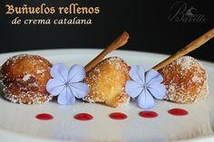 Buñuelos rellenos de crema catalana y sirope de fresa.